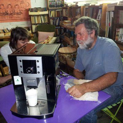 jean-françois répare une cafetière