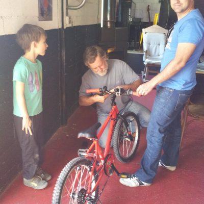 jean-françois répare un vélo